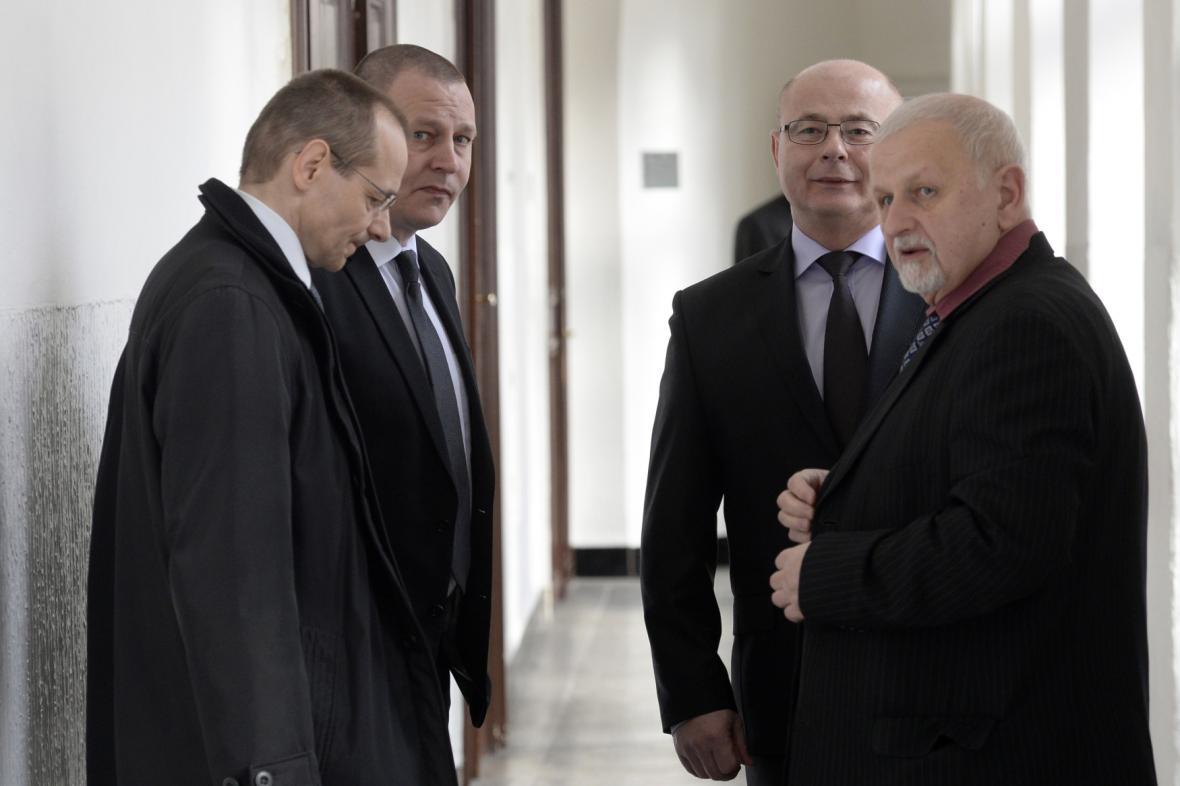 Trojice obžalovaných Pohůnek, Kovanda a Páleník a advokát Bruna