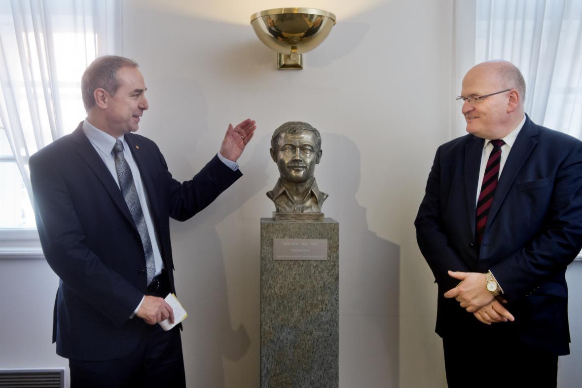 Uvedení busty Karla Kryla v poslaneckém klubu KDU-ČSL