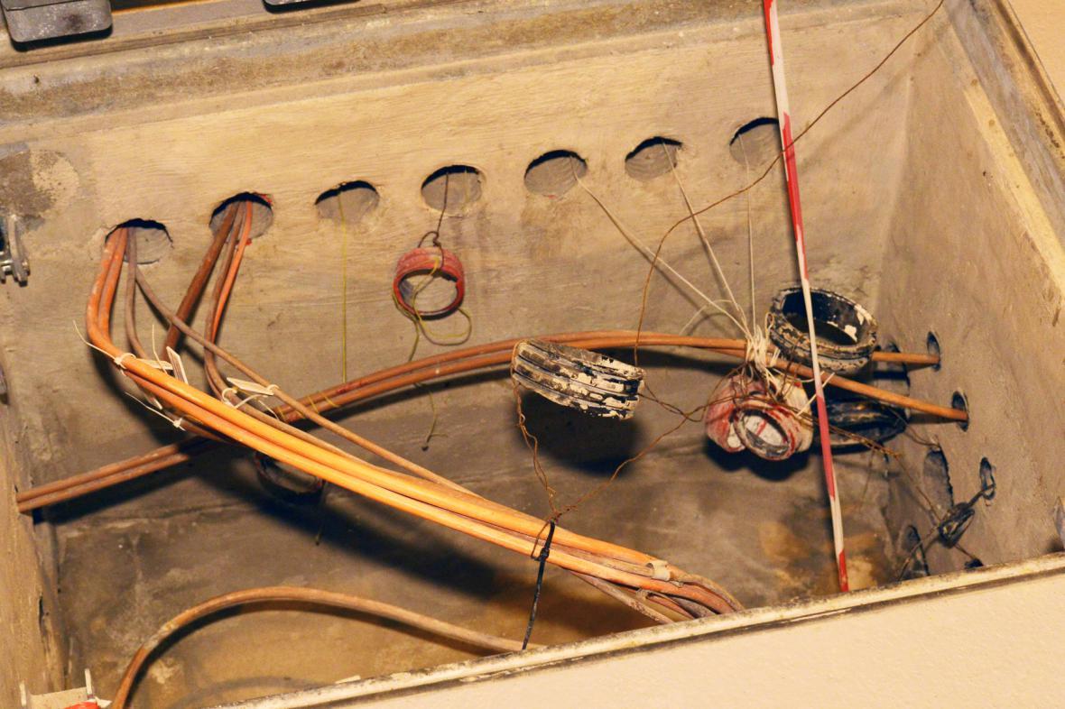 Poničené kabely v tunelu Blanka