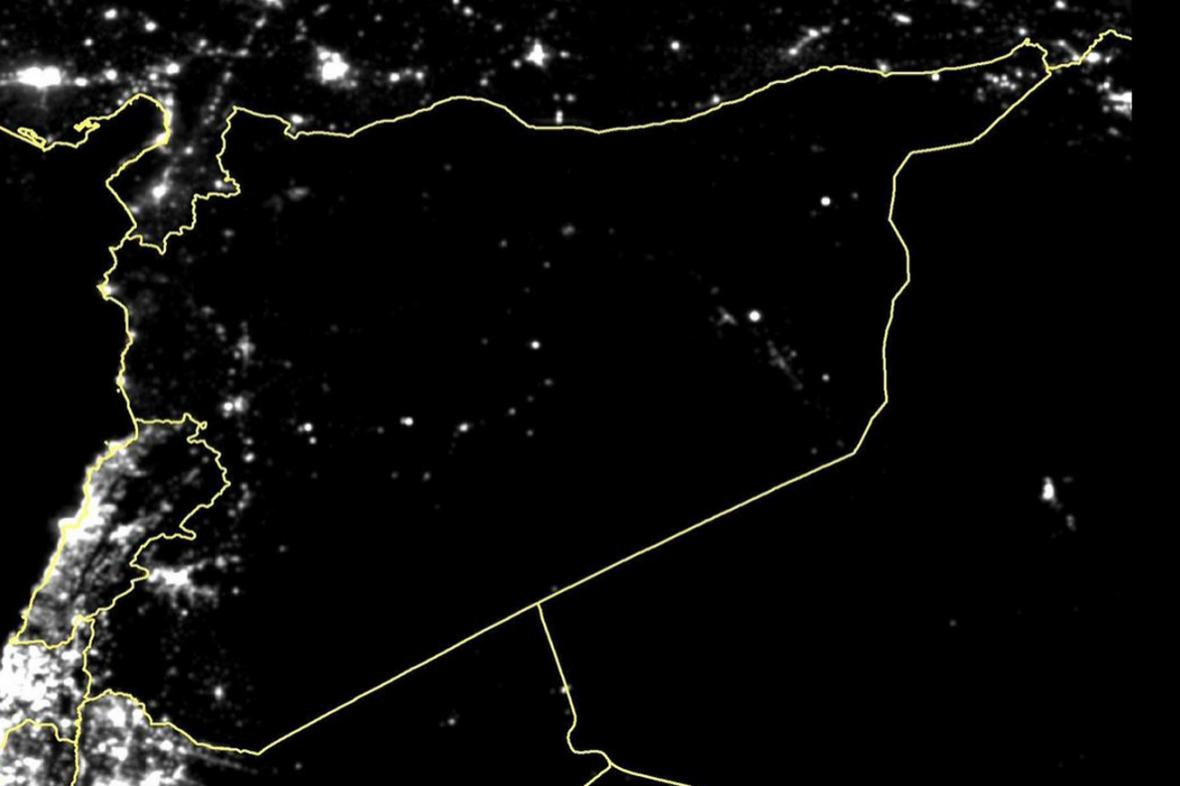 Satelitní snímky dokazují, že Sýrie tone ve tmě