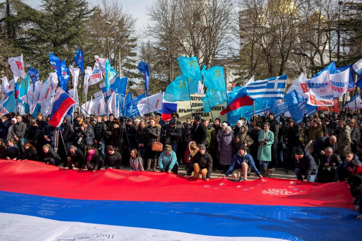 Lidé v Simferopolu si připomínají rok od referenda, v němž většinově hlasovali pro připojení Krymu k Rusku