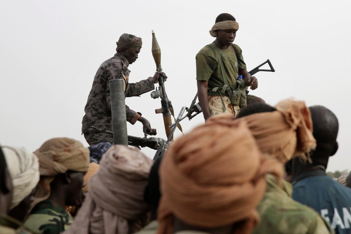 Čadští vojáci zabavují v Damasaku zbraně bojovníků Boko Haram