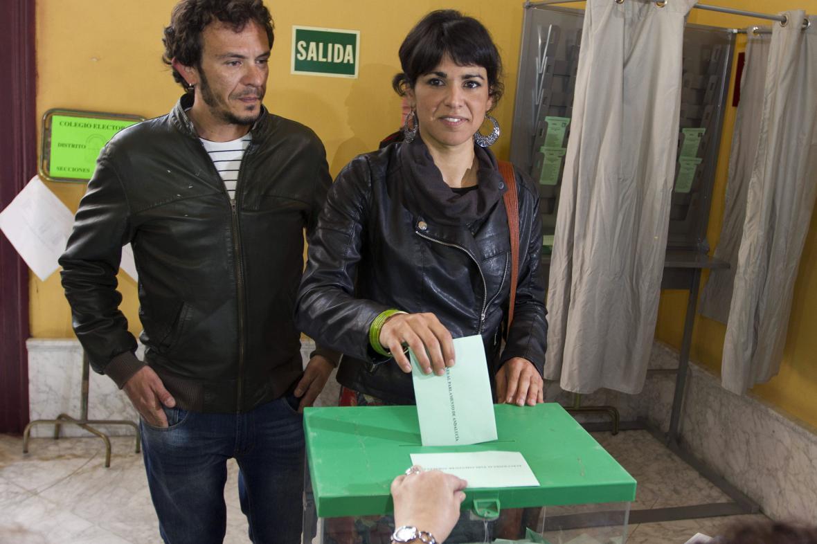 Lídryně kandidátky krajně levicové Podemos v Andalusii Teresa Rodriguez odevzdala svůj hlas