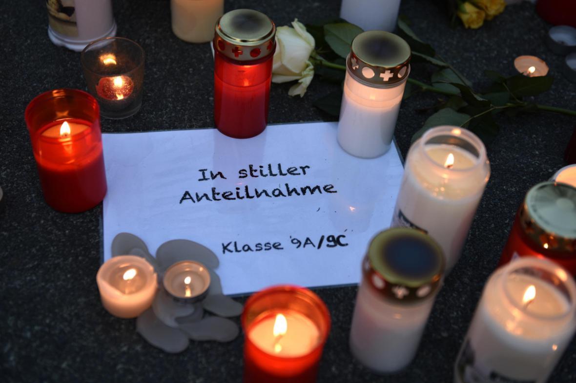 Lidé vzpomínají na studenty, kteří zahynuli při pádu letadla Airbus 320