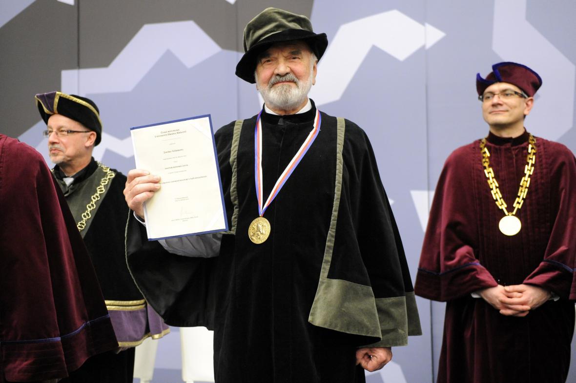 Zdeněk Svěrák s čestným doktorátem a medailí