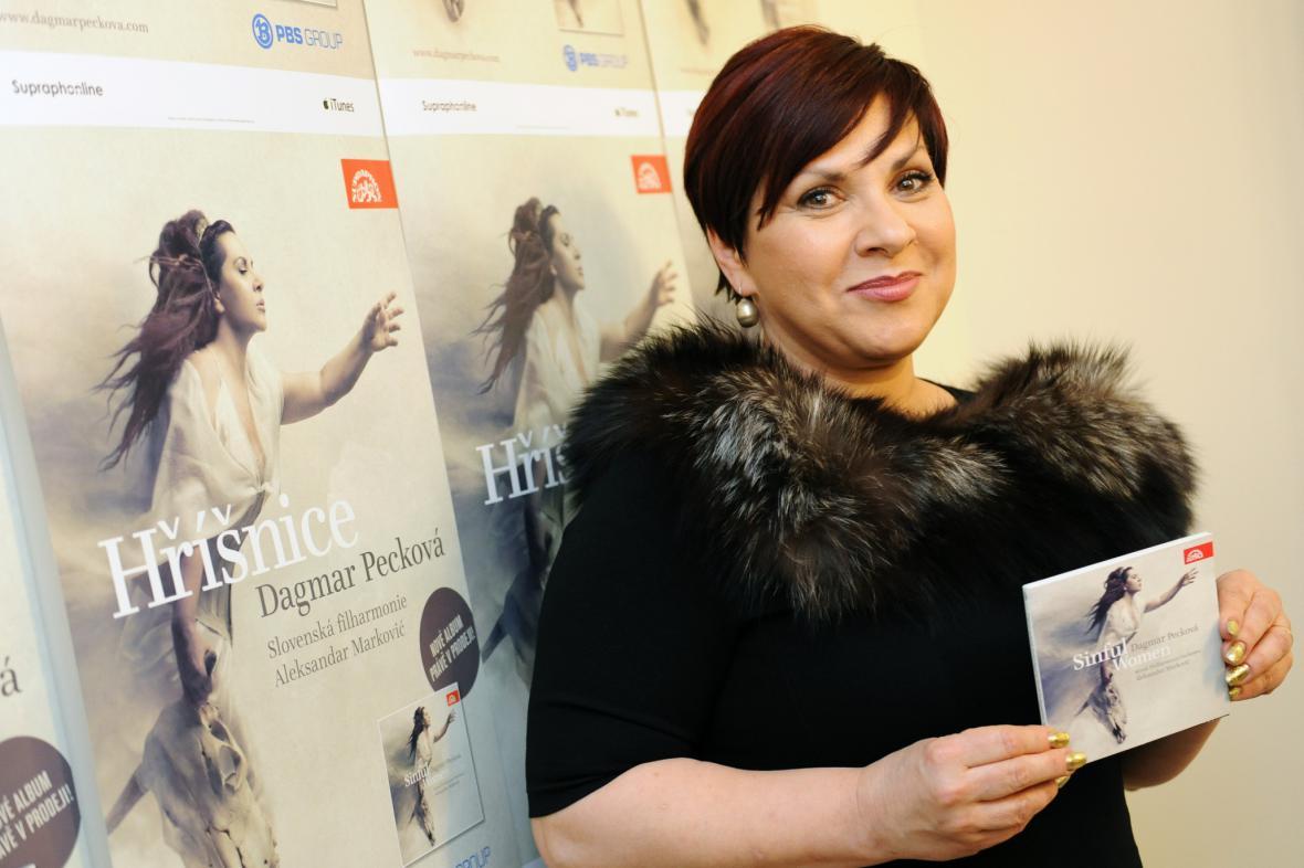 Dagmar Pecková s albem Hříšnice