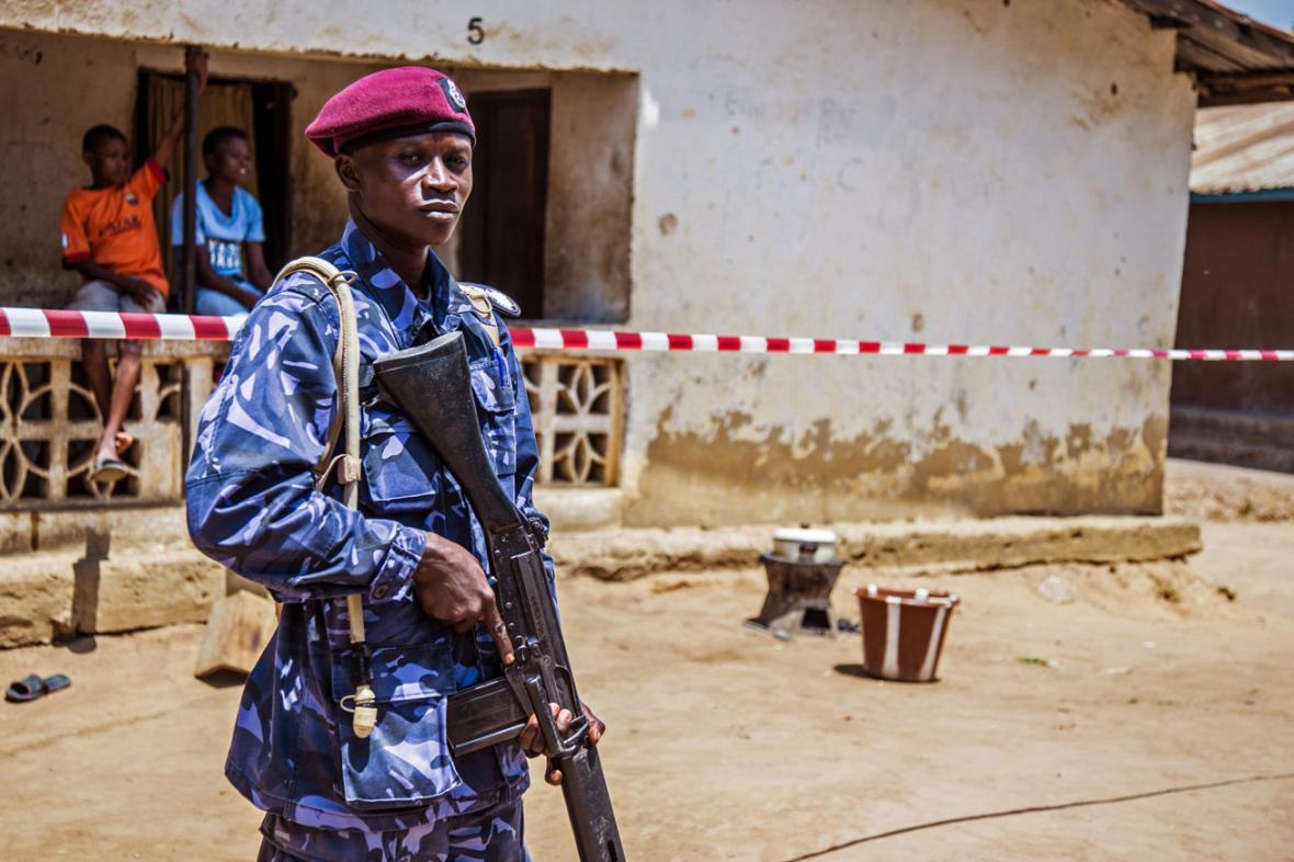 Hlídky v Libérii kontrolují zákaz vycházení
