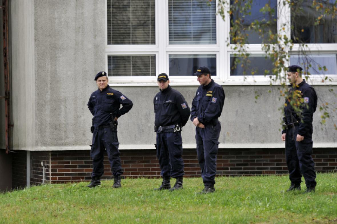 Policisté u školy ve Žďáru nad Sázavou