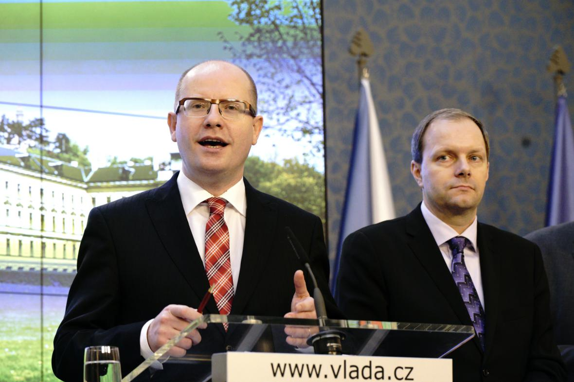 Premiér Bohuslav Sobotka a ministr školství Marcel Chládek (oba ČSSD)