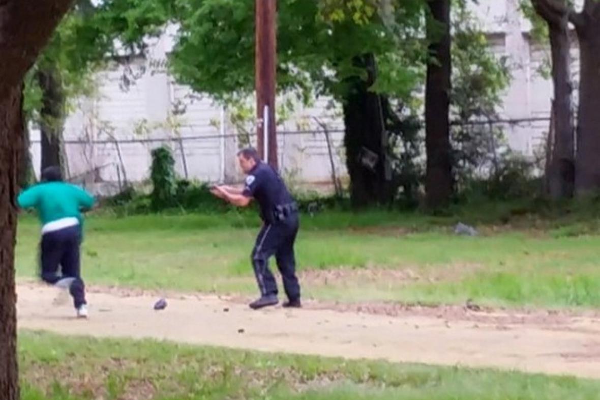 Video zachycující střelbu policisty Michaela Slagera na neozbrojeného Waltera Scotta