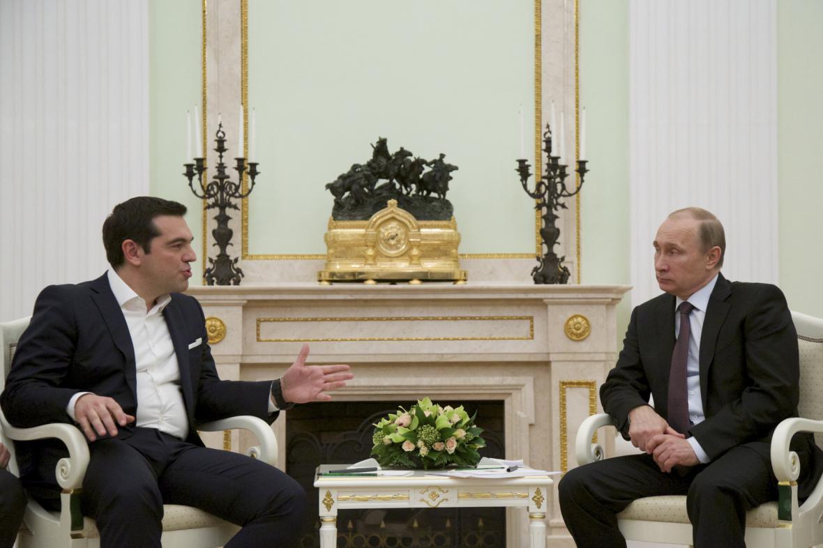 Řecký premiér Alexis Tsipras (vlevo) a ruský prezident Vladimir Putin (vpravo) na setkání v Moskvě