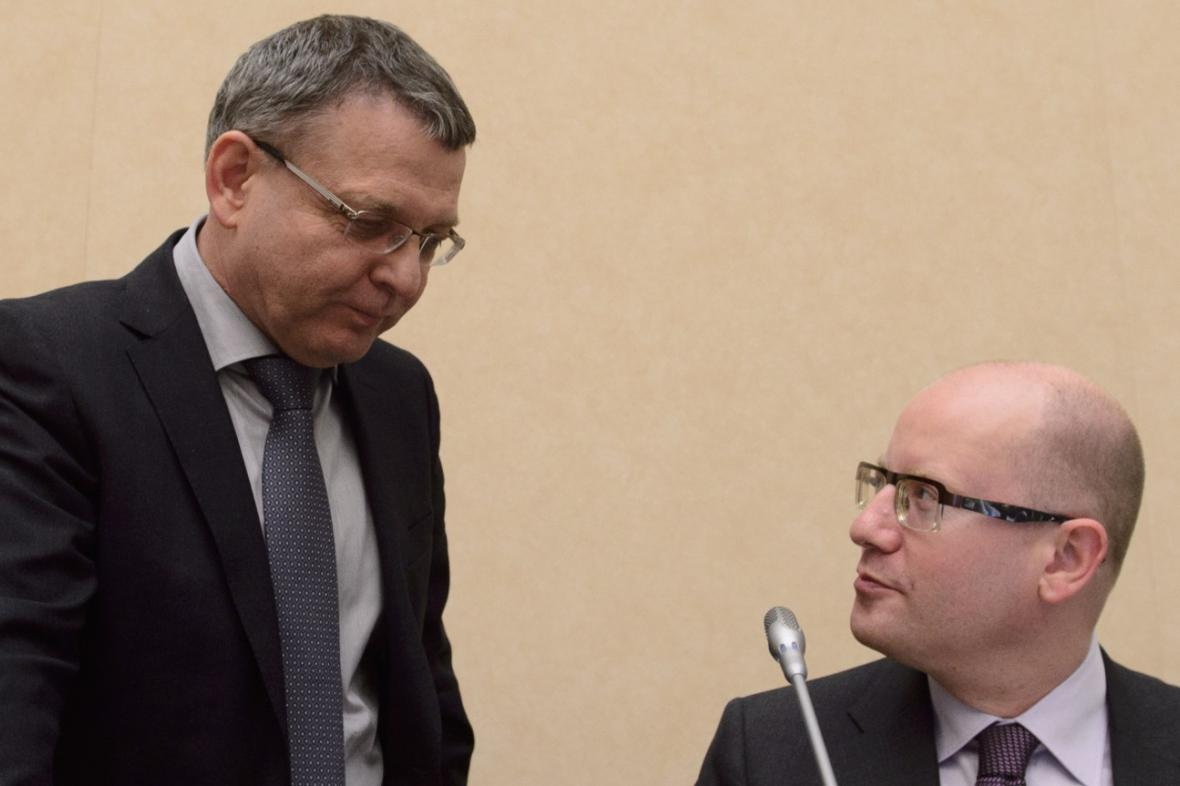 Lubomír Zaorálek (ČSSD) a Bohuslav Sobotka (ČSSD) na zasedání vlády