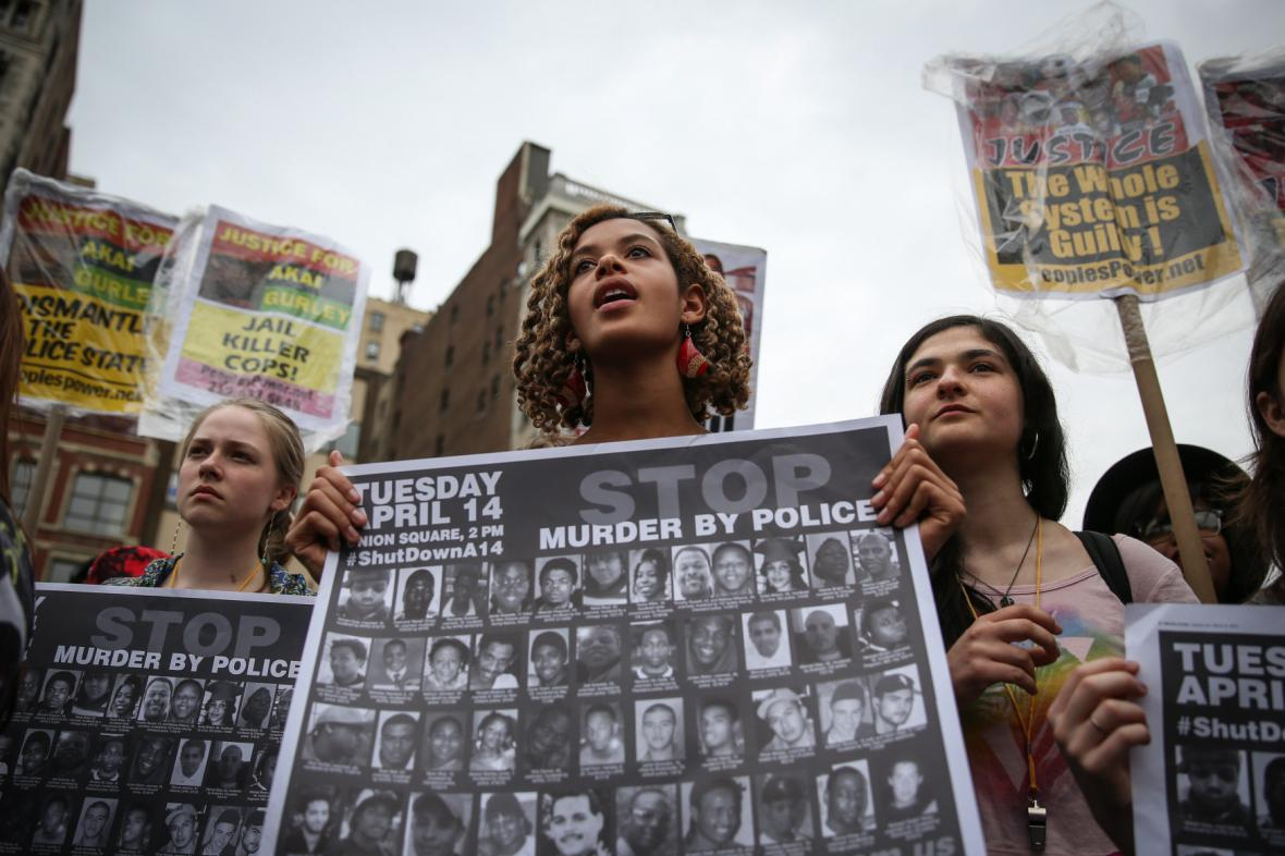 Protesty proti kontroverzním zásahům policie