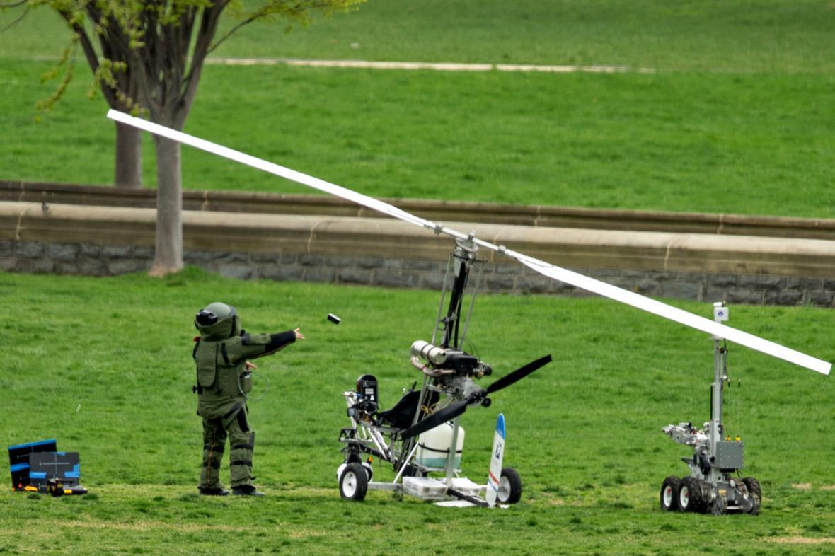 Pyrotechnici prozkoumávají vírník, který přistál u Kongresu USA