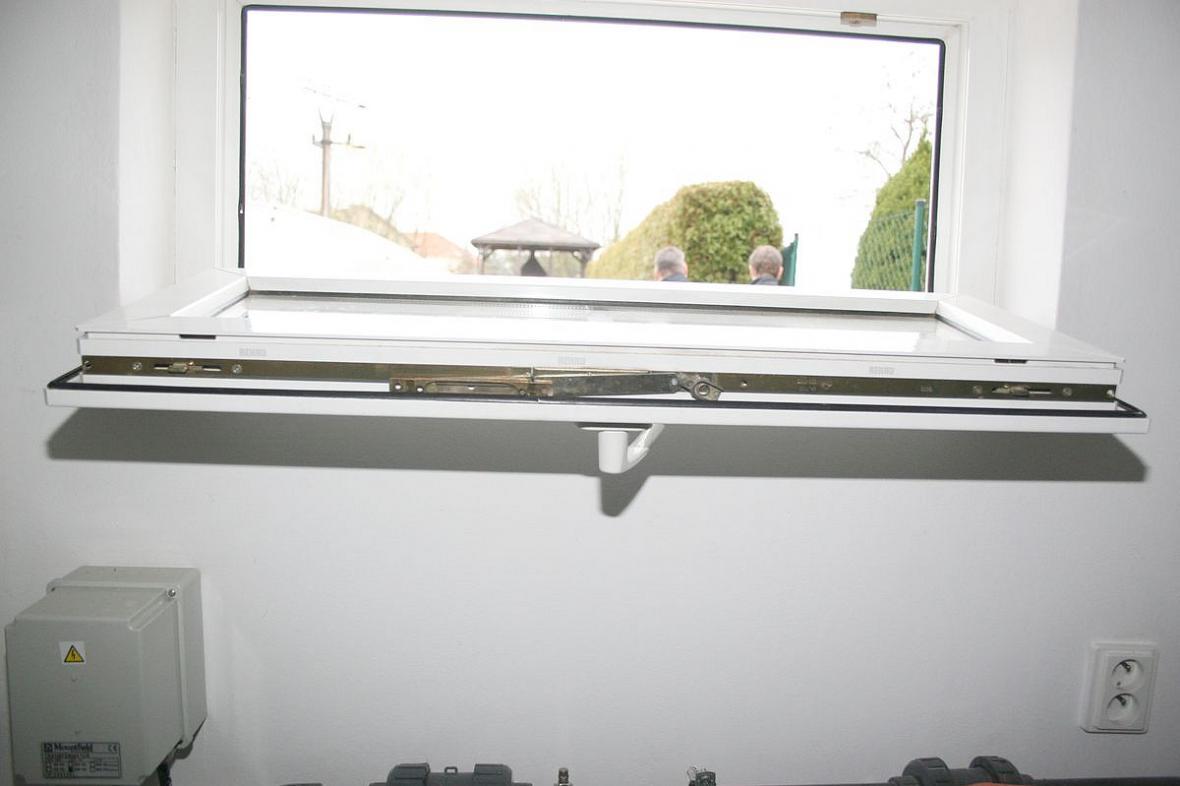 Zloděj do domů lezl otevřenými okny v přízemí