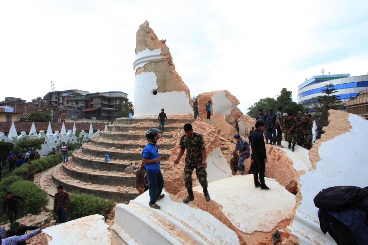 Z dominanty Káthmándú, padesátimetrové věže Dharahara, zbyl jen pahýl