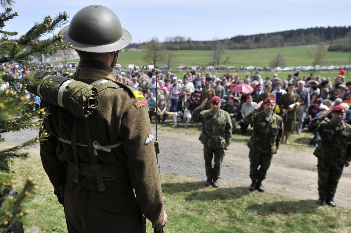 Výročí seskoku Out Distance u Ořechova si připomnělo zhruba tisíc lidí