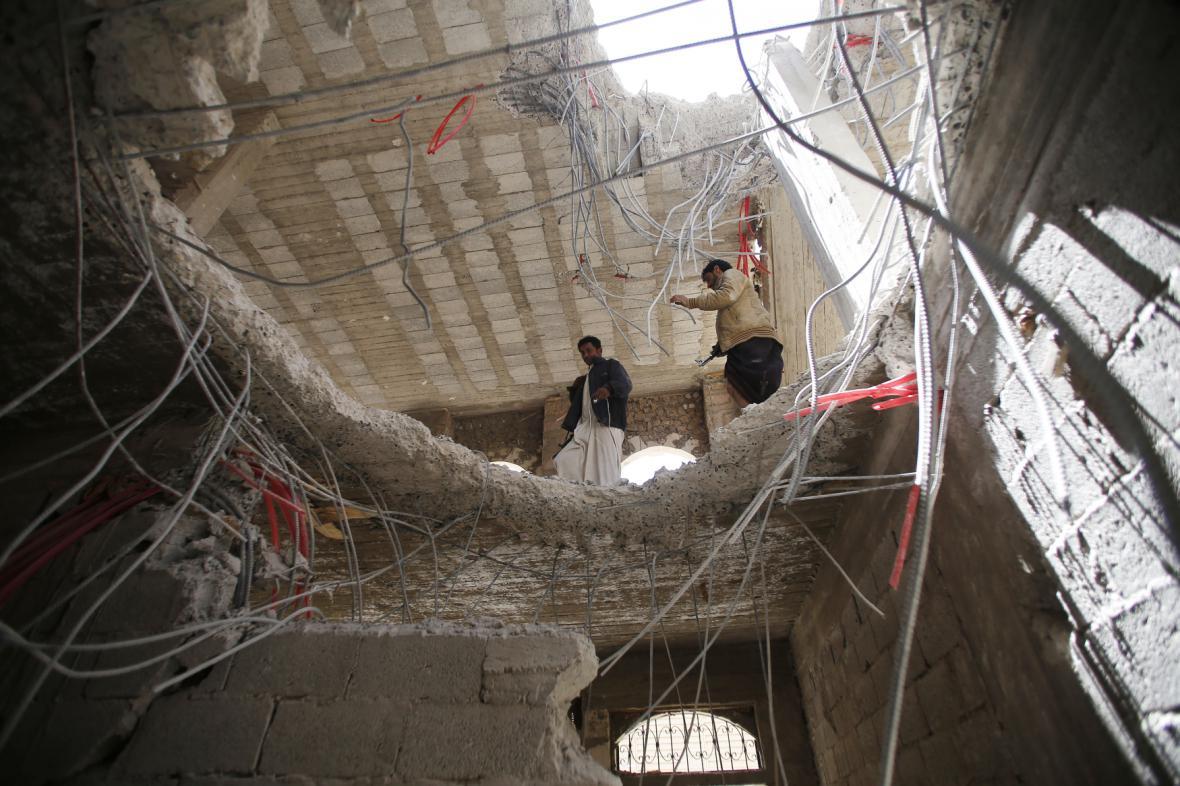 Díra v domě po koaličním náletu v jemenské metropoli Saná