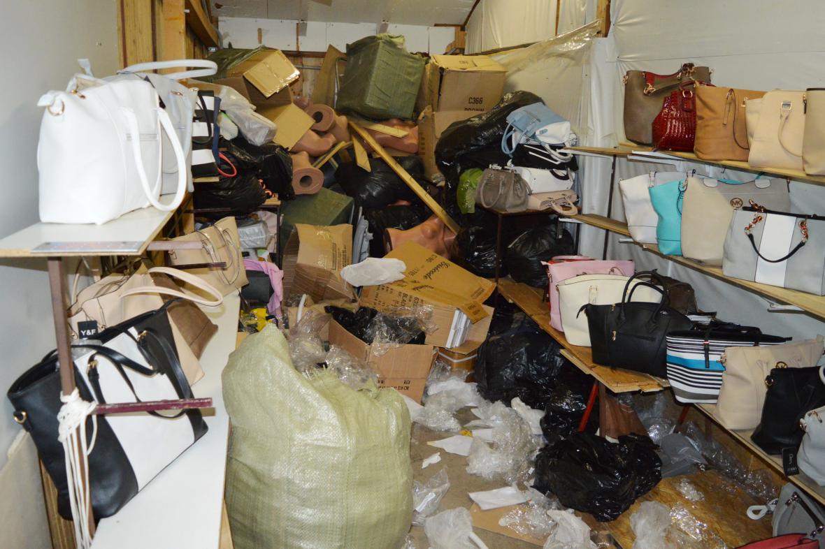 V prostorách padělatelů našli celníci i kabelky