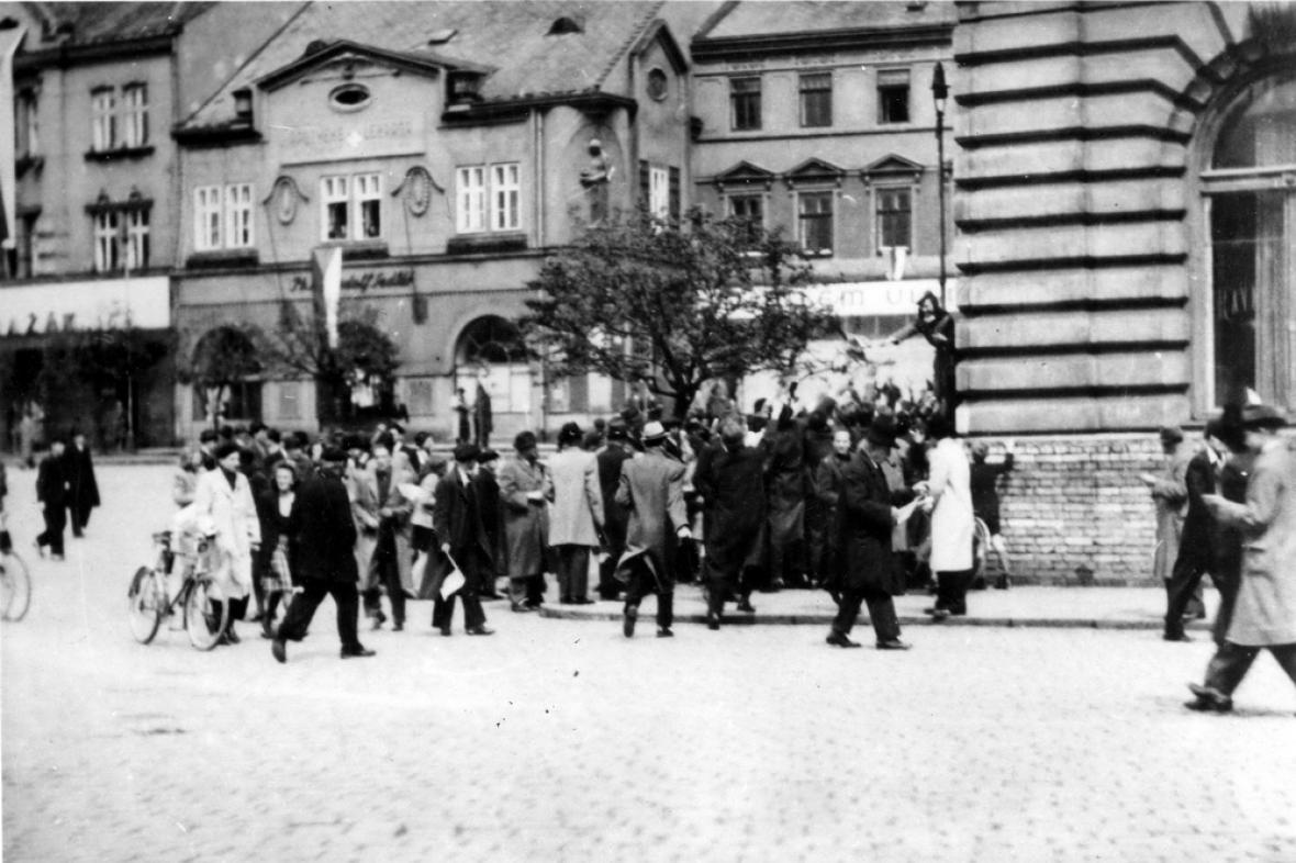 Lidé v ulicích Přerova odstraňují německé nápisy (1. května 1945)