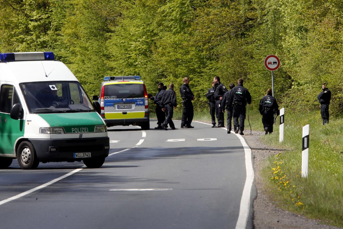 Pátrání německé policie v lesích u Oberurselu
