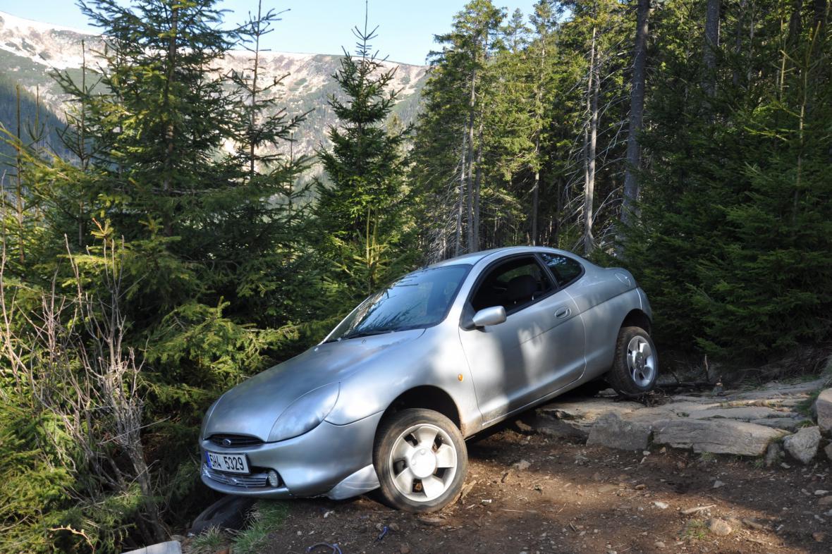 Hasiči automobil vytáhli zpět na cestu za pomoci kladky