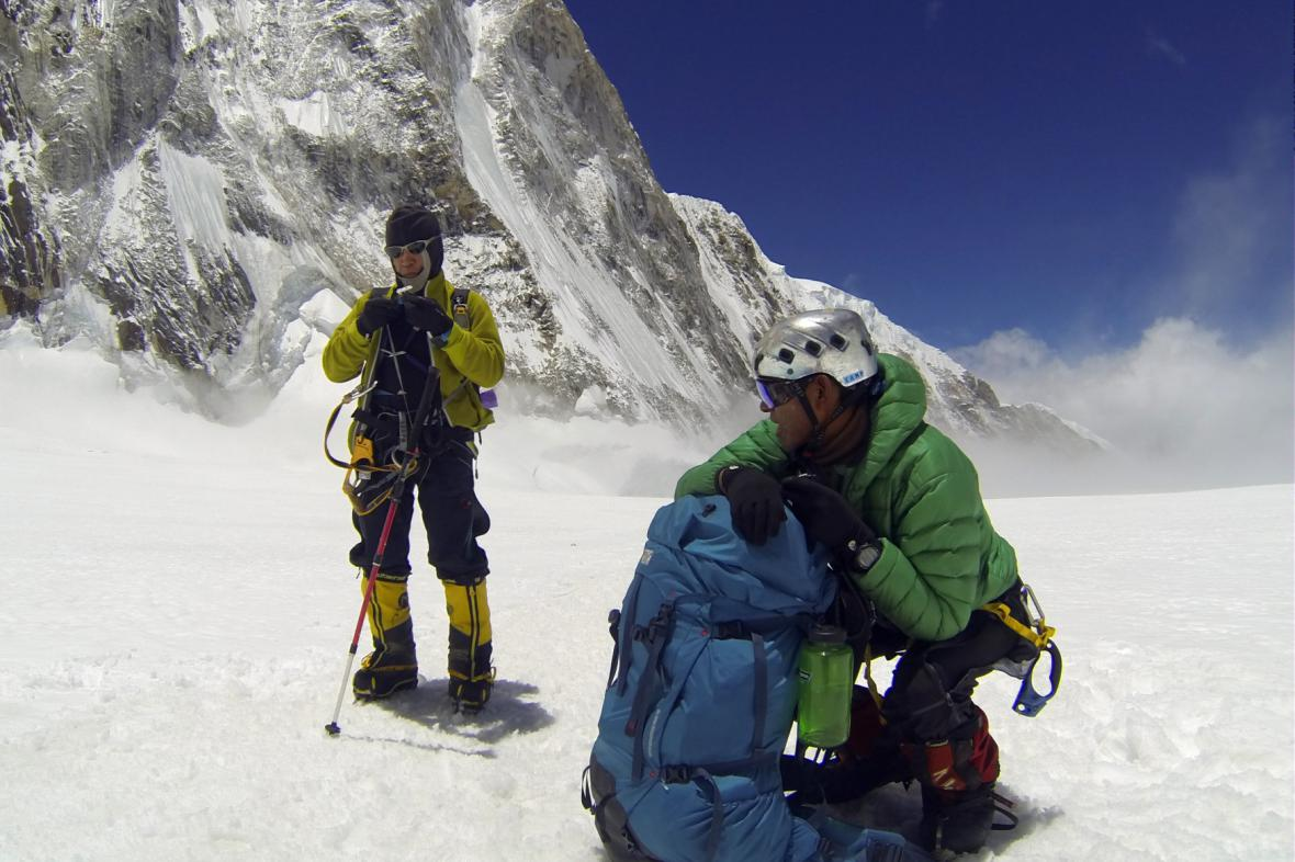 Nepálští šerpové při cestě na Mount Everest