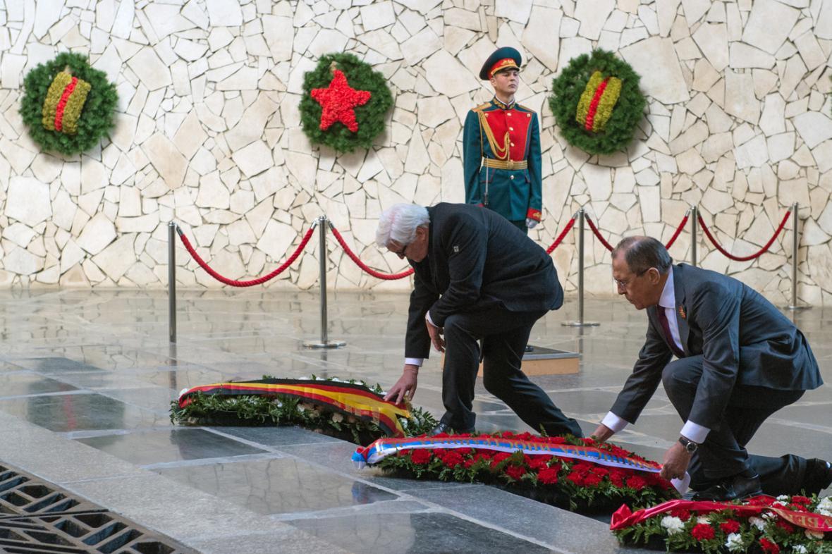 Frank-Walter Steinmeier a Sergej Lavrov položili věnce u památníku stalingradské bitvy