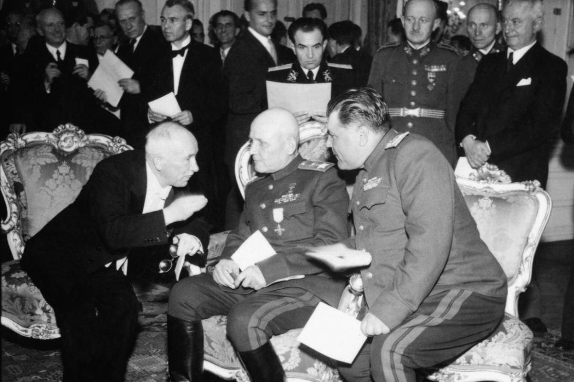 Prezident Beneš, maršál Koněv a maršál Malinovskij