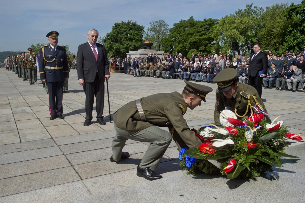 Prezident Miloš Zeman uctil na pražském Vítkově památku obětí druhé světové války