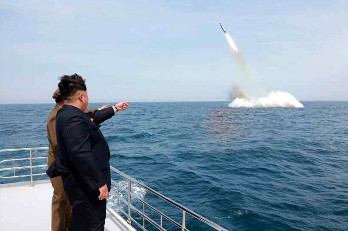 Kim Čong-un pozoruje test podvodní balistické rakety