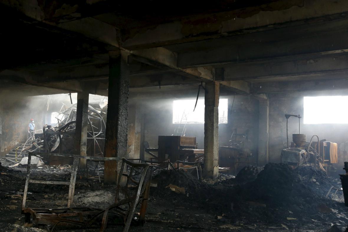 Továrna na předměstí Manily lehla popelem