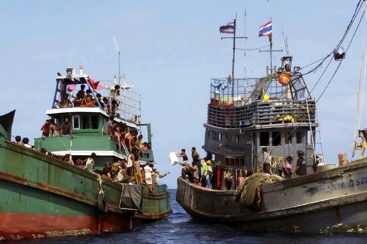 Thajští rybáři zásobují potravinami loď s migranty u ostrova Ko Li Pe