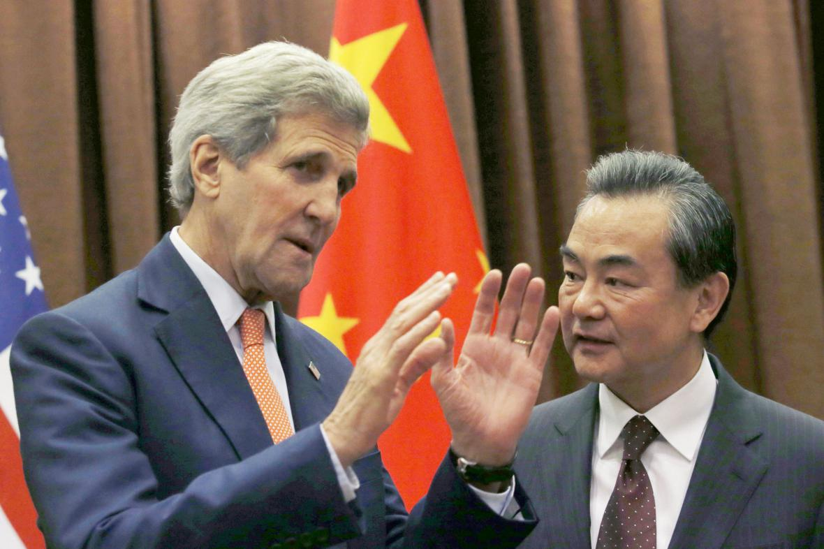Ministři zahraničí USA a Číny: John Kerry a Wang I