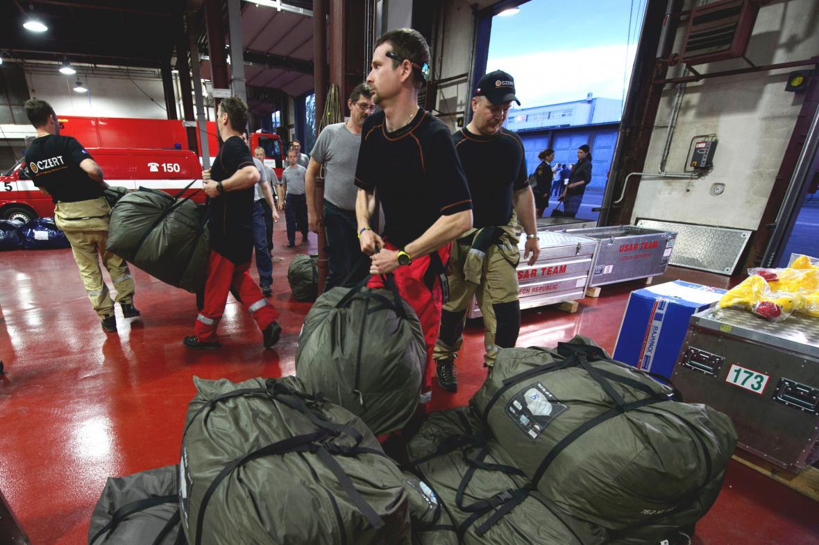 Čeští záchranáři před odletem do Nepálu