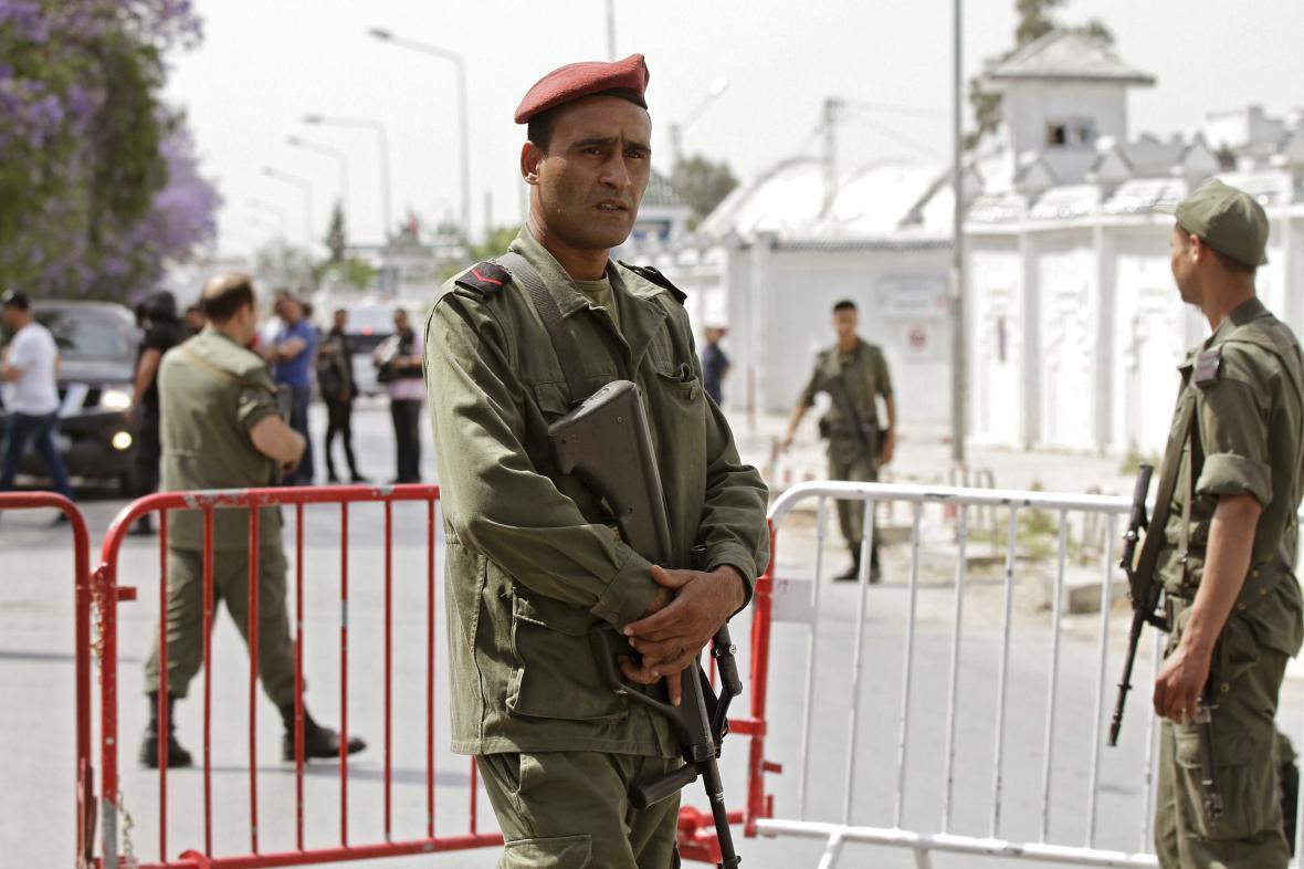 Tuniští vojáci u kasáren Bouchoucha