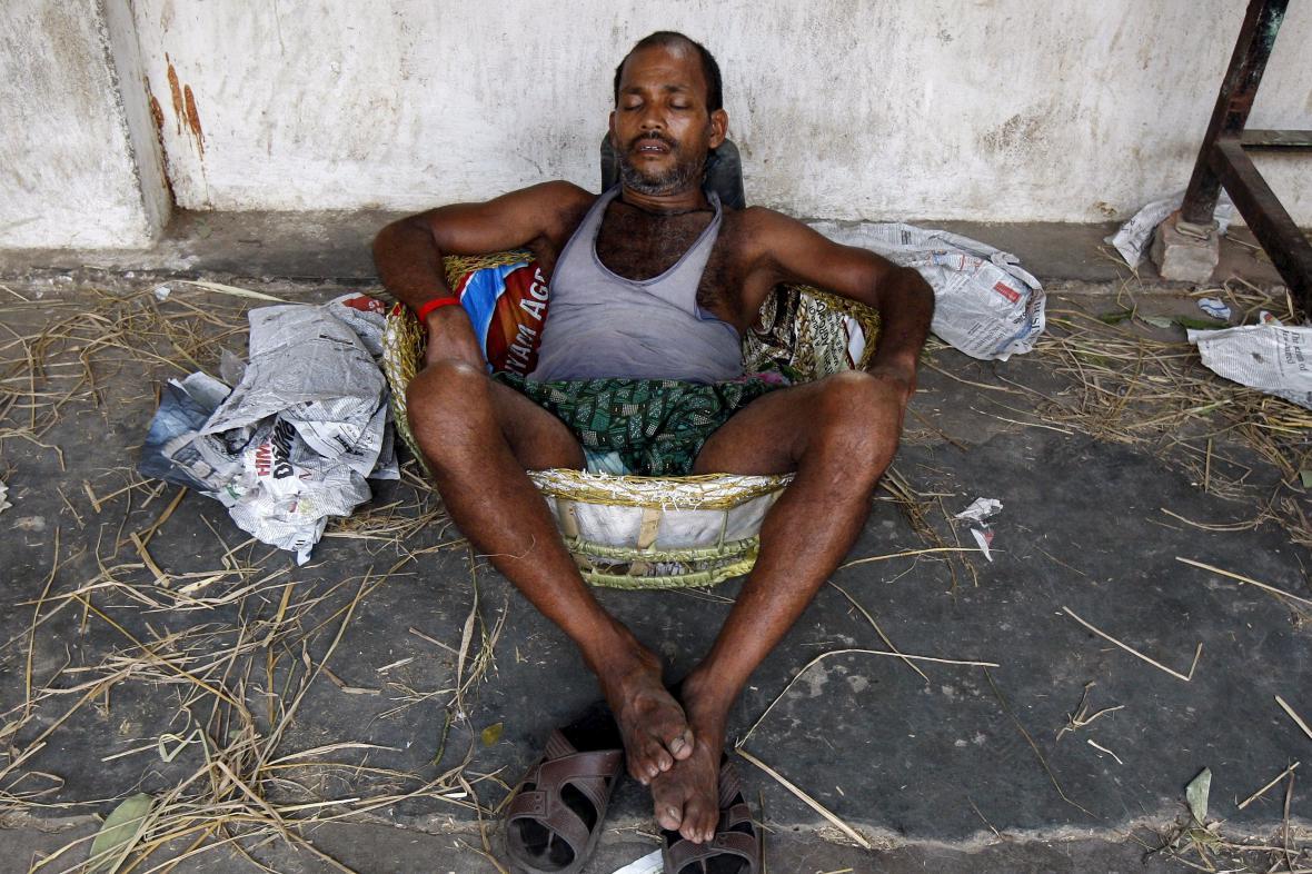 Obyvatel Kalkaty odpočívá na místním tržišti během horkého dne