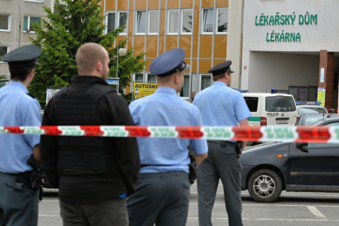 Policie u městského domu v Horní Bříze, kde došlo k ubodání knihovnice
