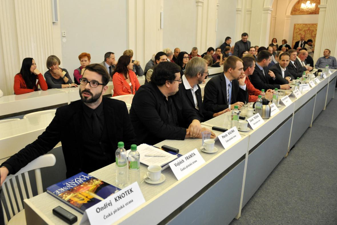 Zasedání zastupitelstva (v popředí bývalý starosta Vojtěch Franta)