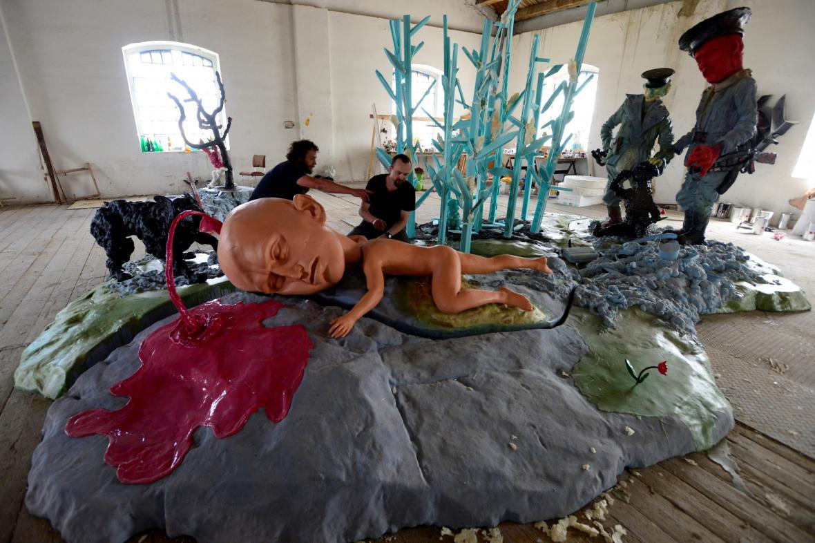 Instalace připomínající železnou oponu a její důsledky