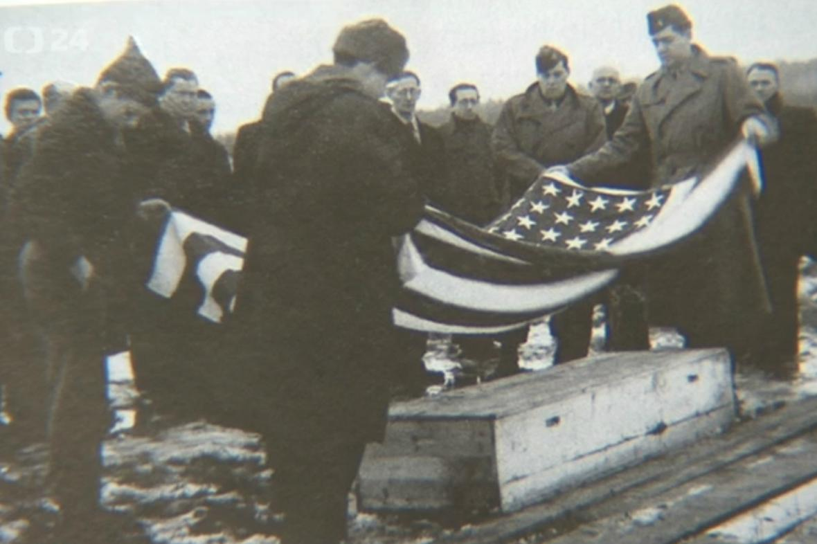 Vyzvednutí ostatků popravených amerických letců