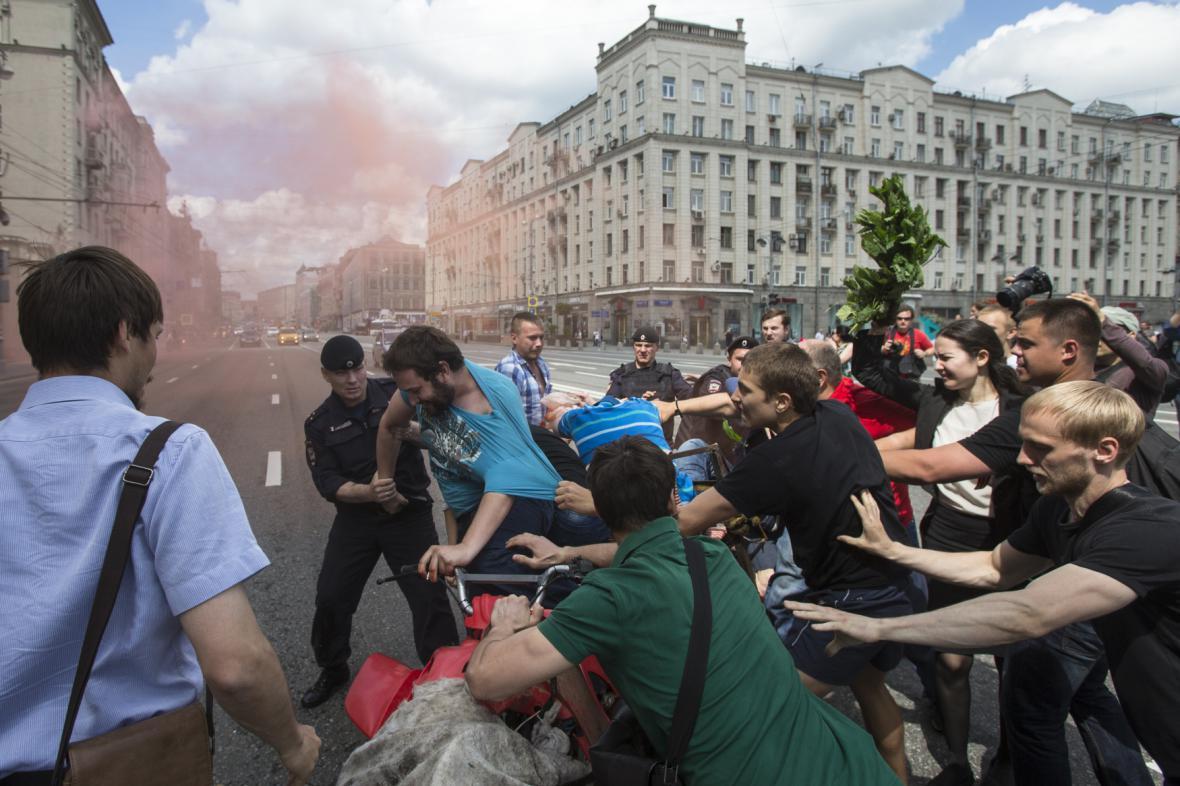 Odpůrci gayů napadli aktivistu při pochodu za práva homosexuálů