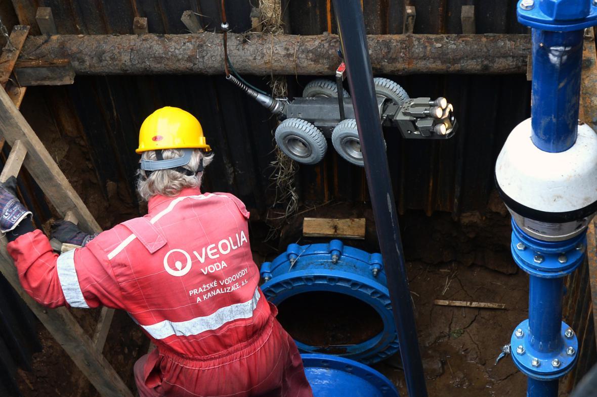Pracovníci PVK zkoumají vodovodní potrubí v pražských Dejvicích