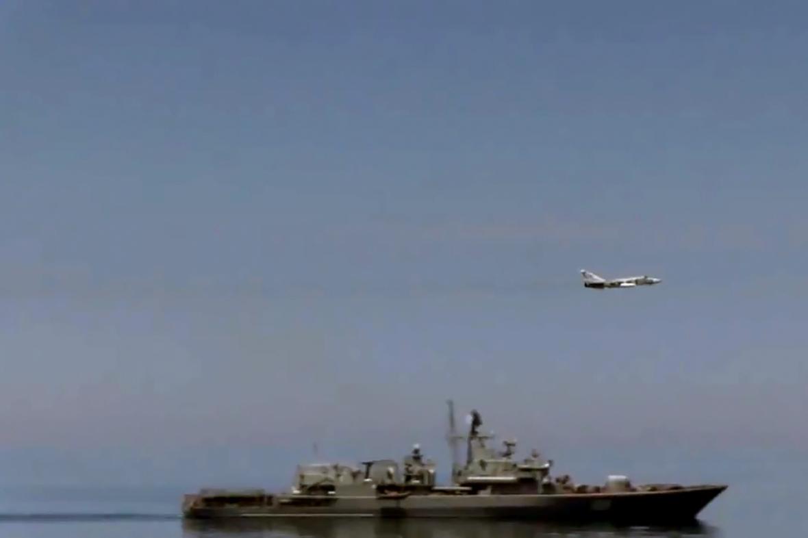 Průlet Su-24 kolem torpédoborce USS Ross