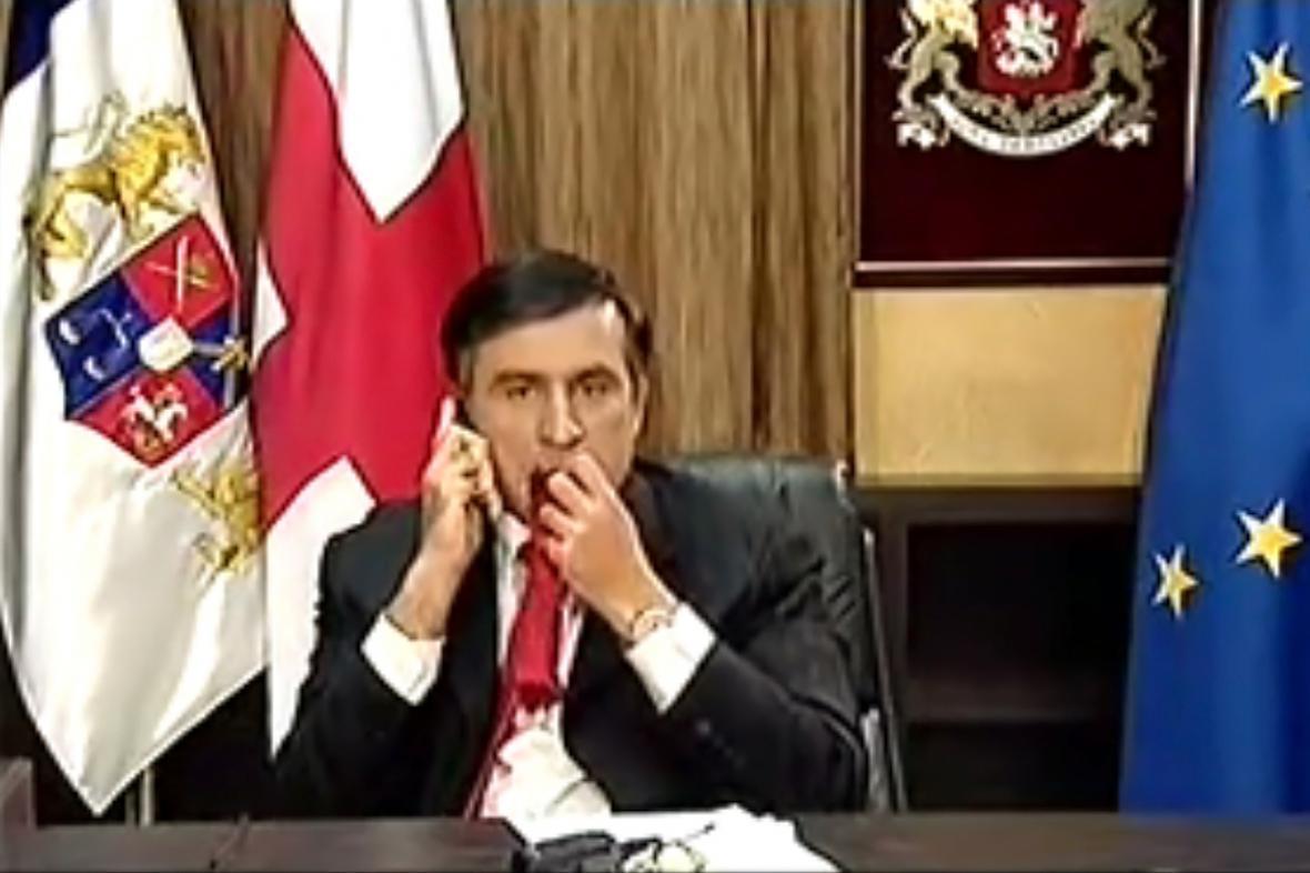 Saakašvili konzumuje kravatu