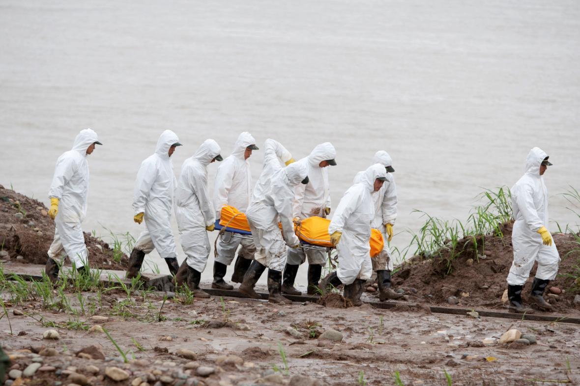 Transport obětí lodní havárie v Číně