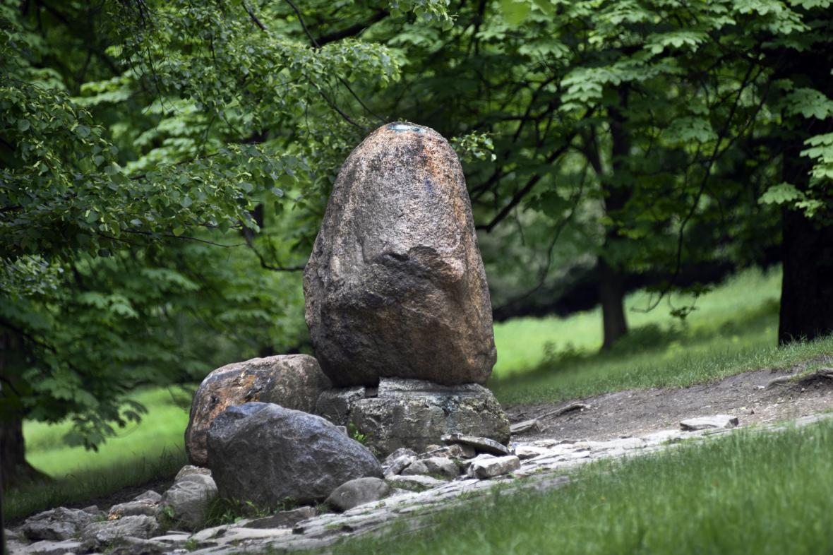 Balvan, na kterém byla bronzová liška Bystrouška