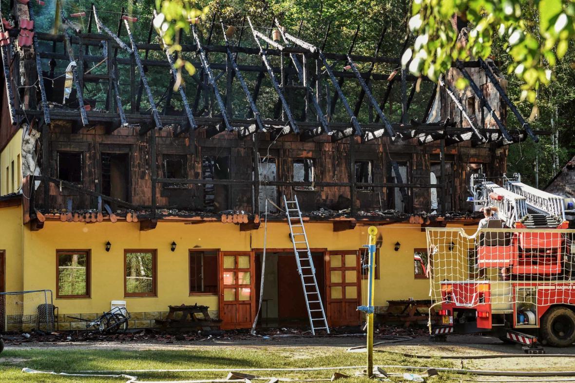 Rekreační chata u Drhlenského rybníka poničená požárem