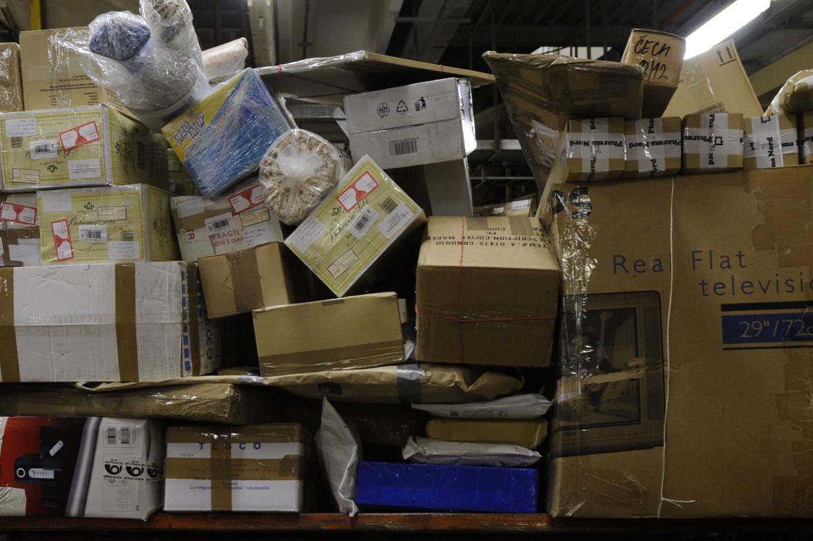 Pošta nechala zásilky bez dozoru