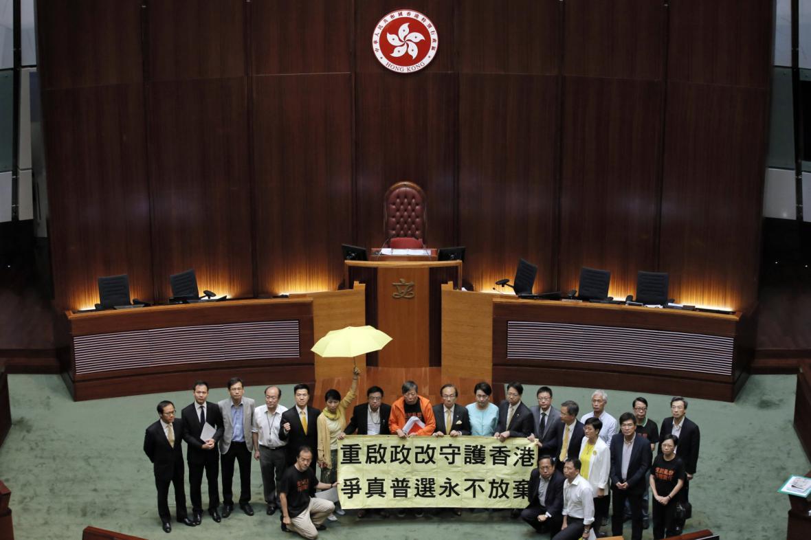 Hongkongští prodemokratičtí poslanci